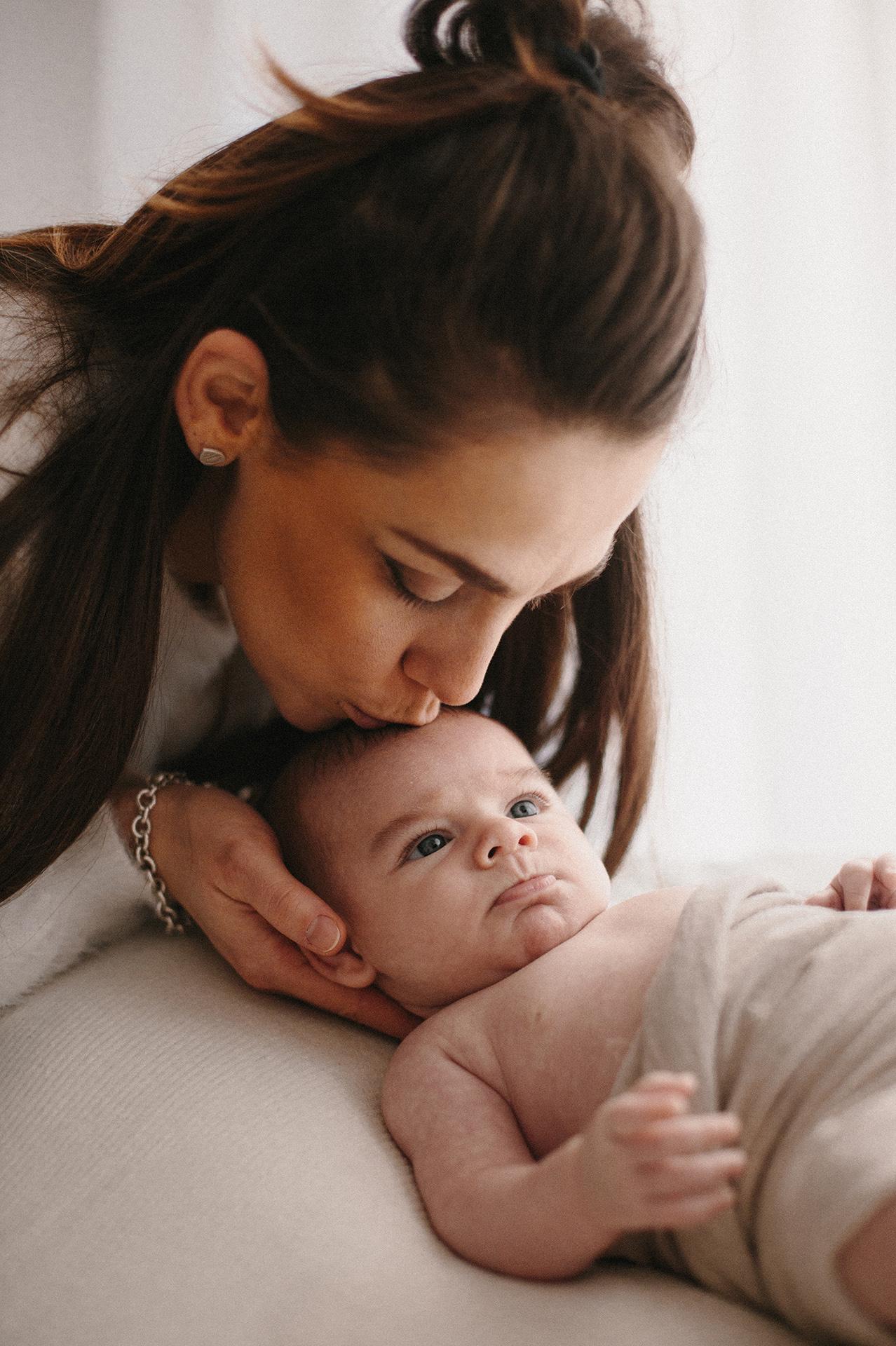 mamma bacia il suo bebè