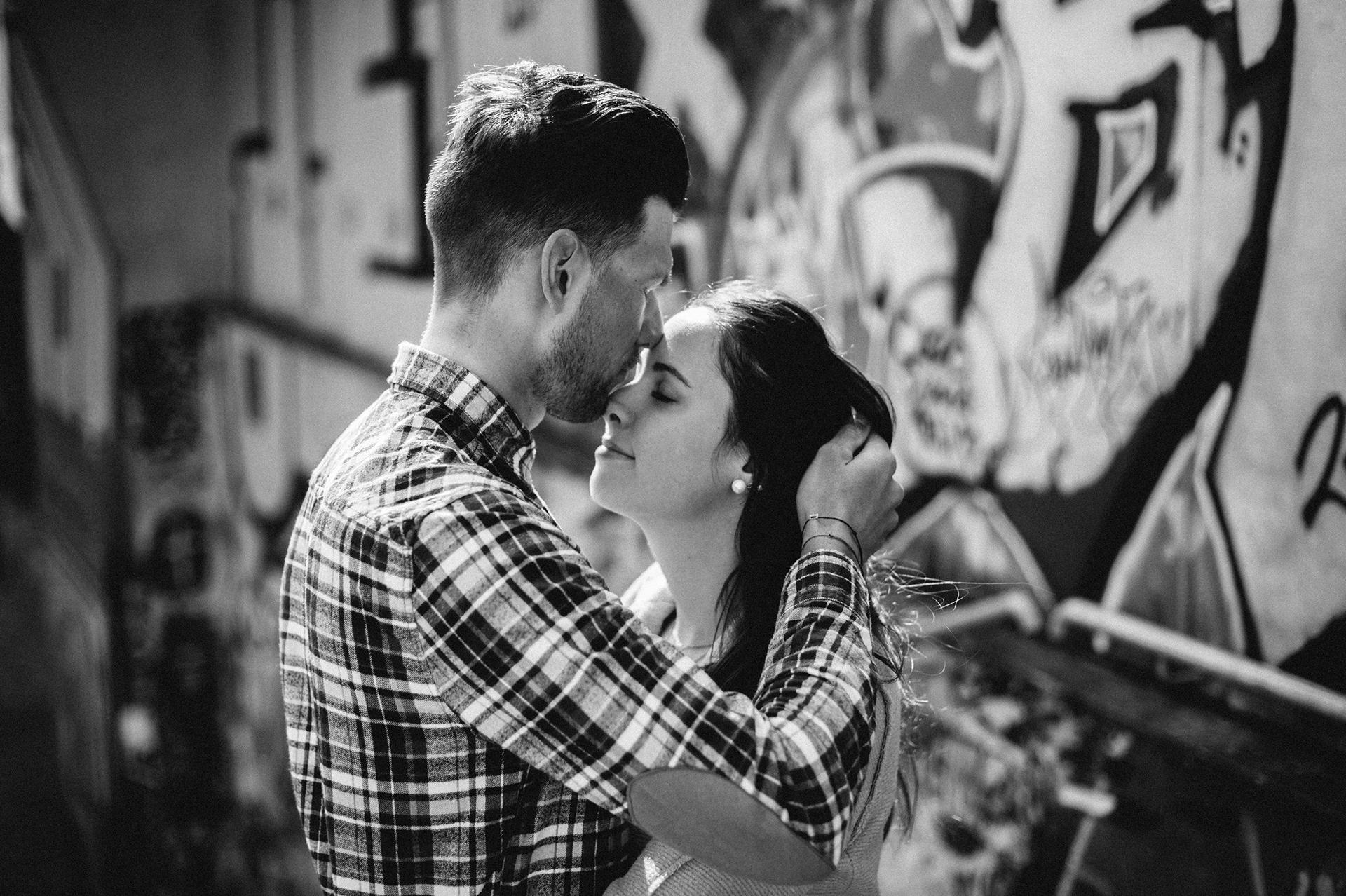 bacio sulla fronte in città