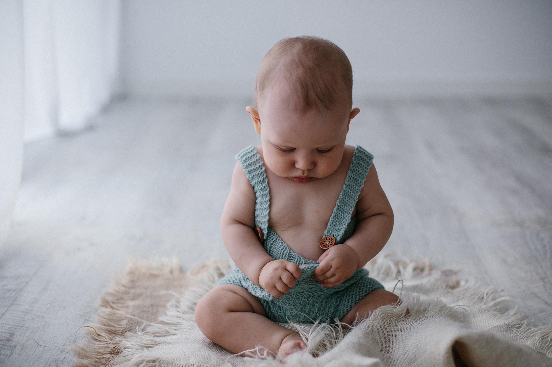 bebè con vestitino verde