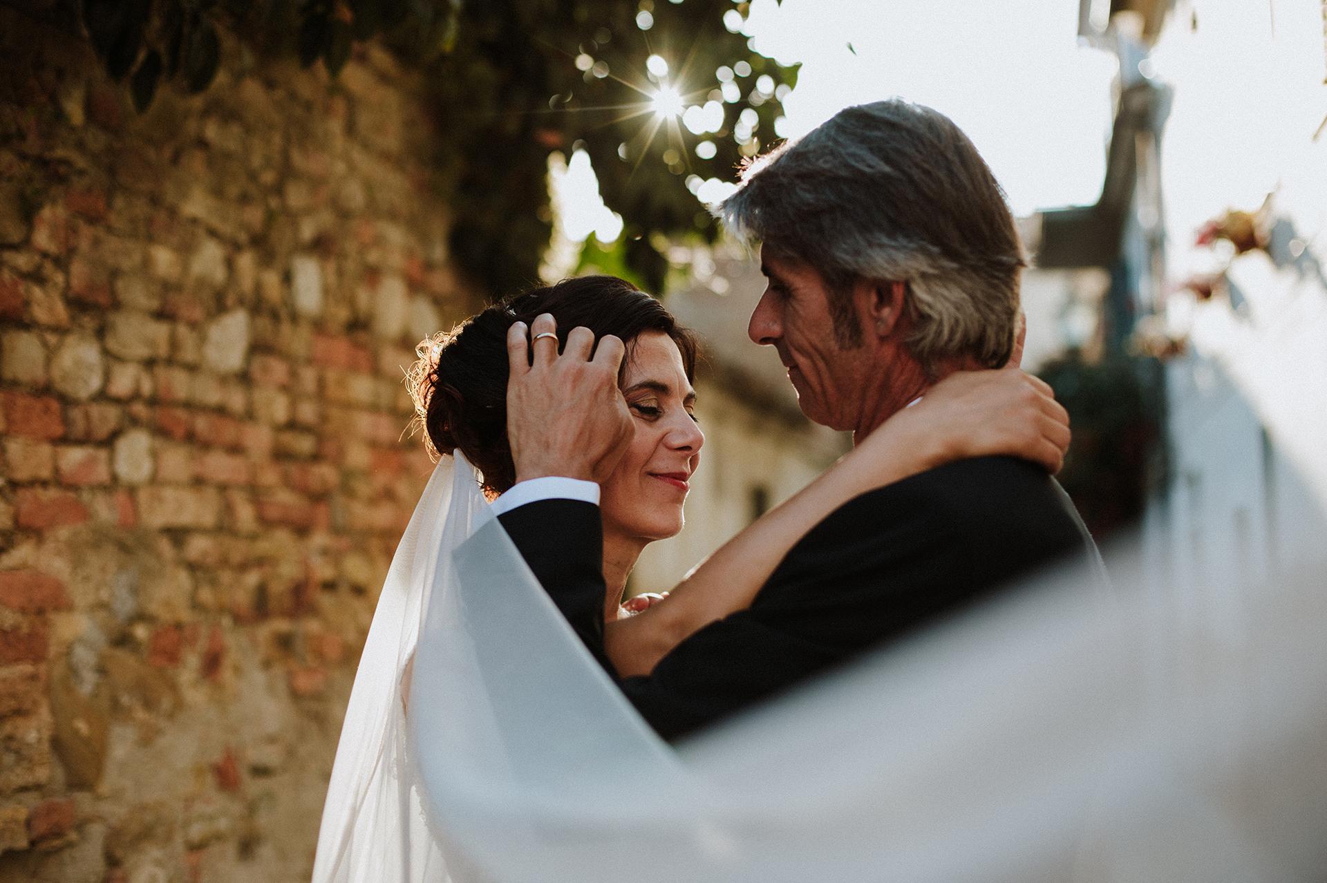 sposo accarezza i capelli della sposa
