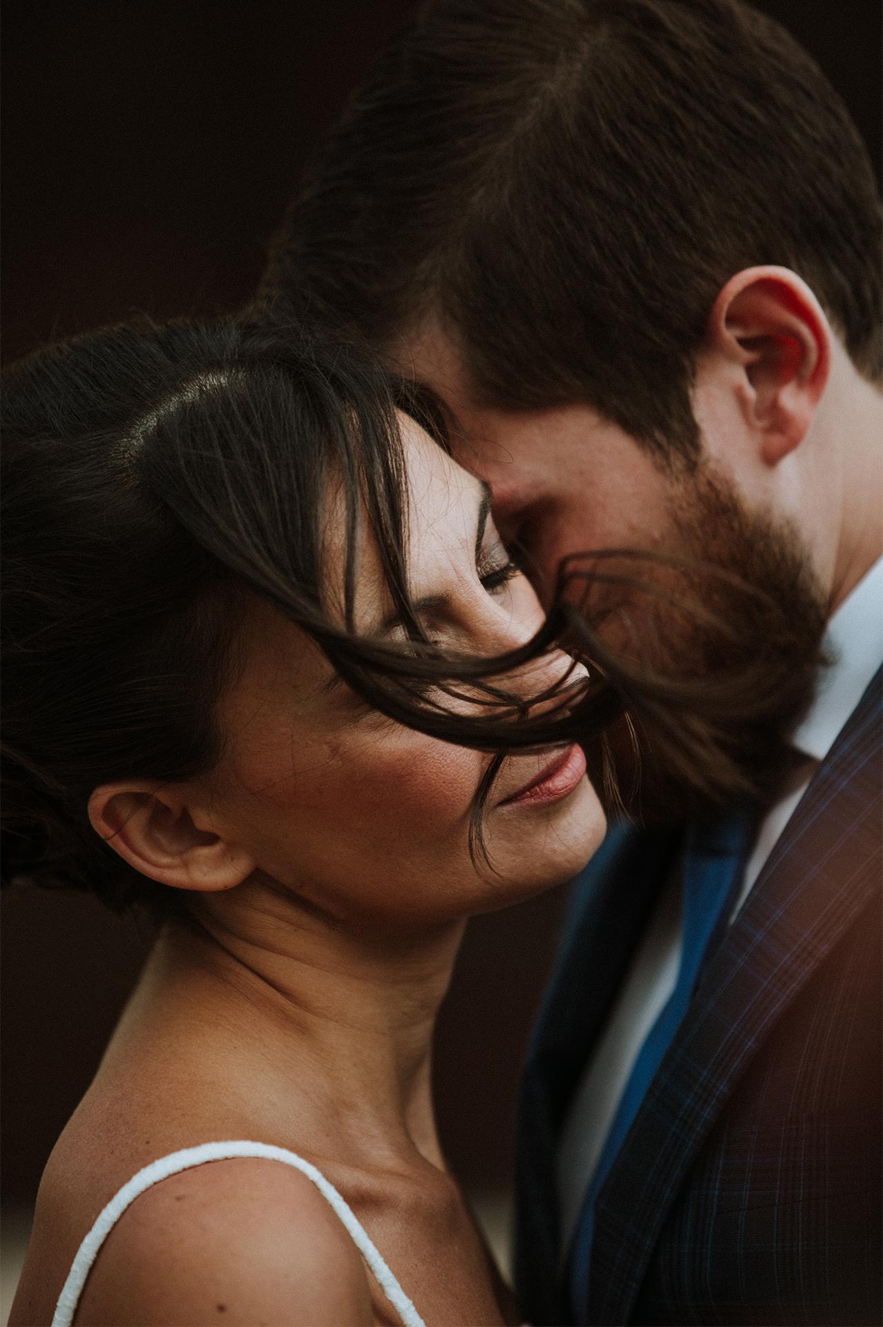 sposo sussurra all'orecchio della sposa