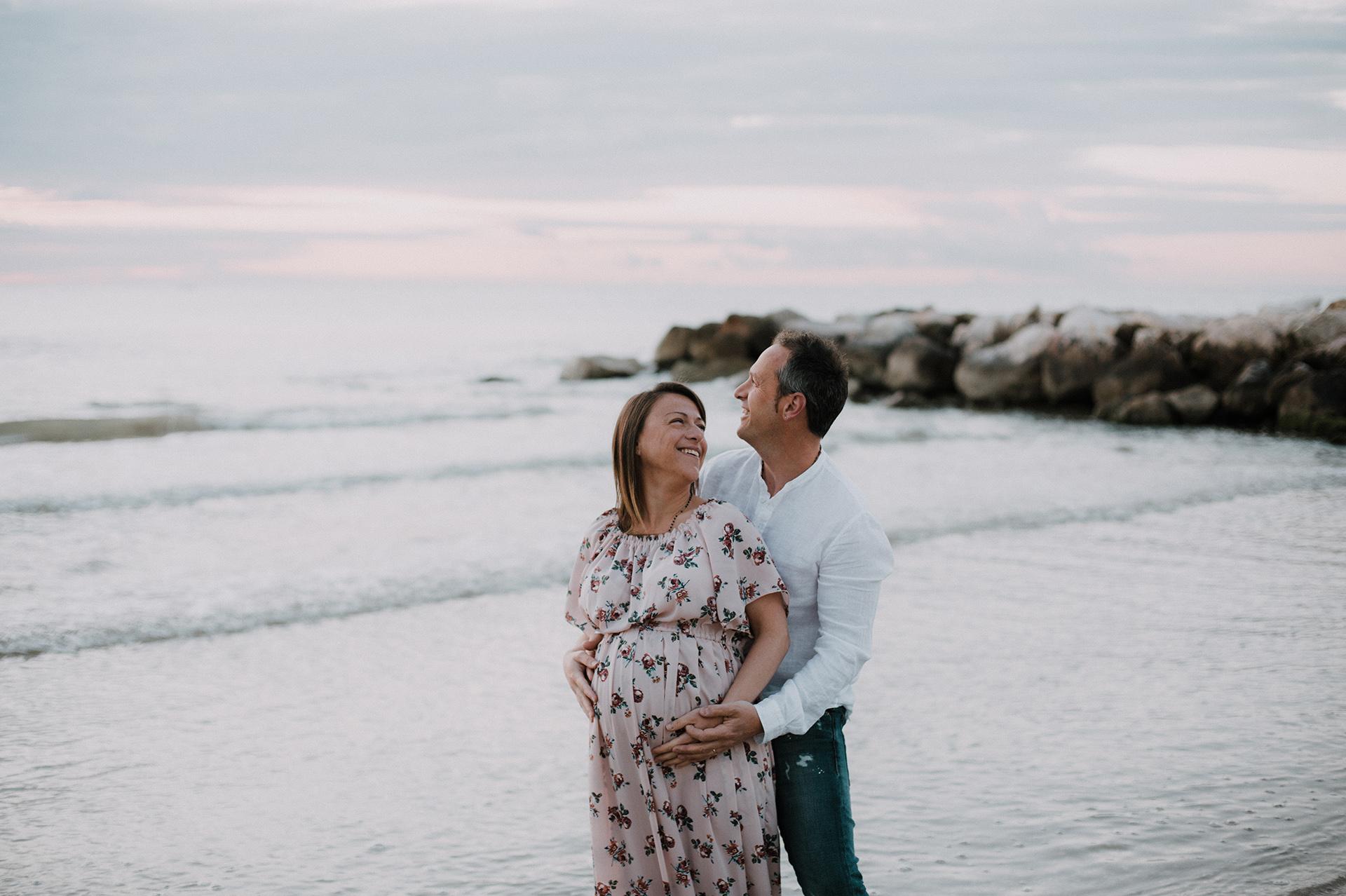 coppia in dolce attesa al mare