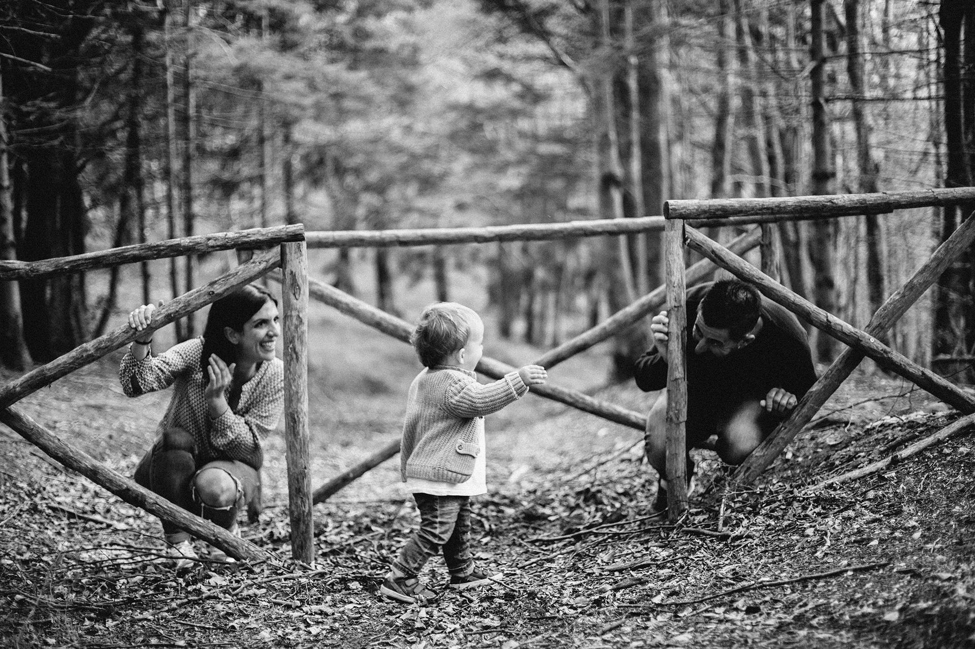 famiglia che gioca a nascondino con il figlio