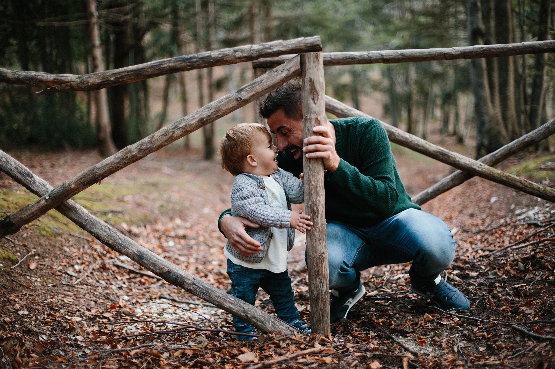 papà gioca con il figlio nel bosco