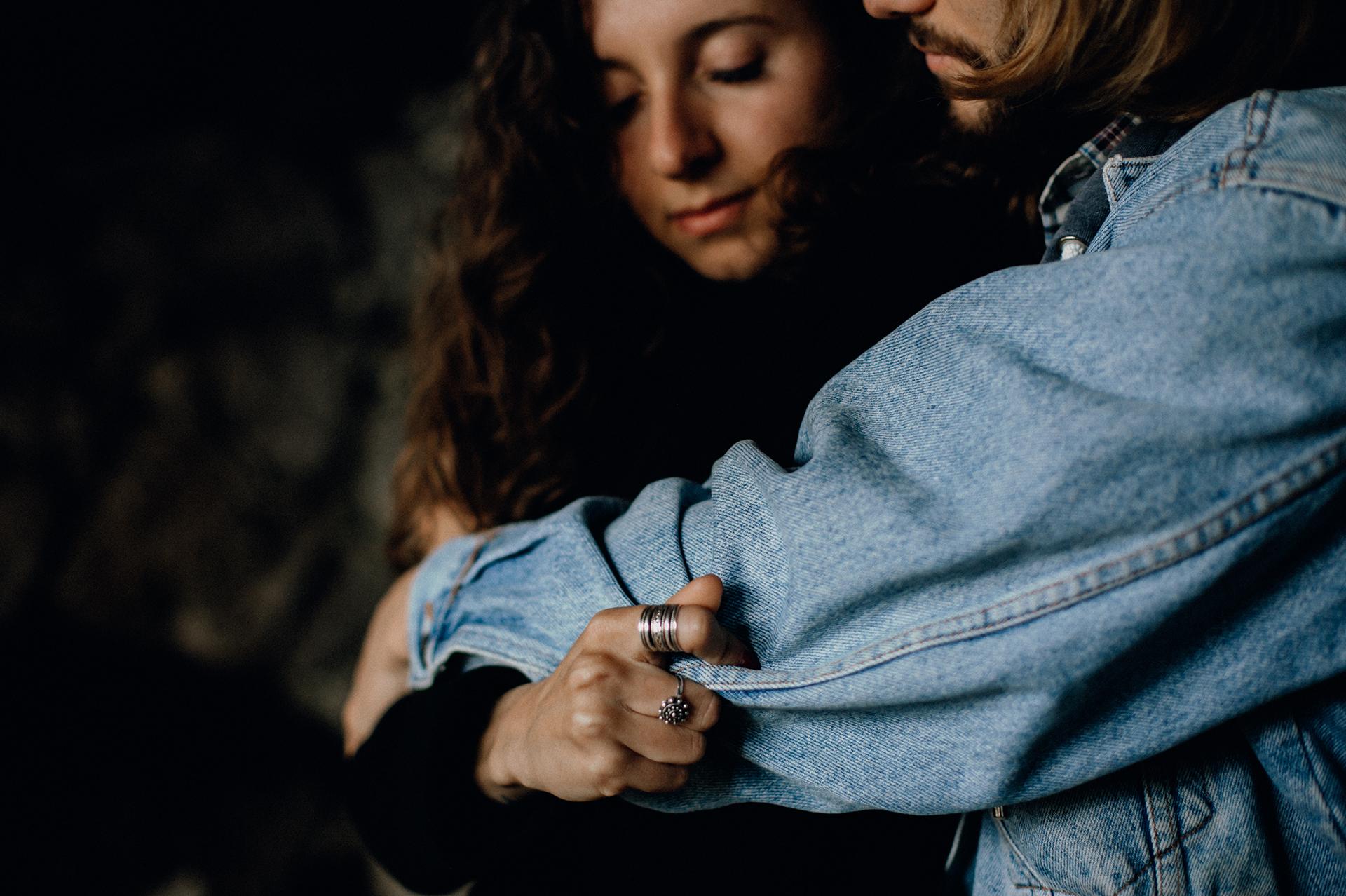 mani di coppia che si stringono forti