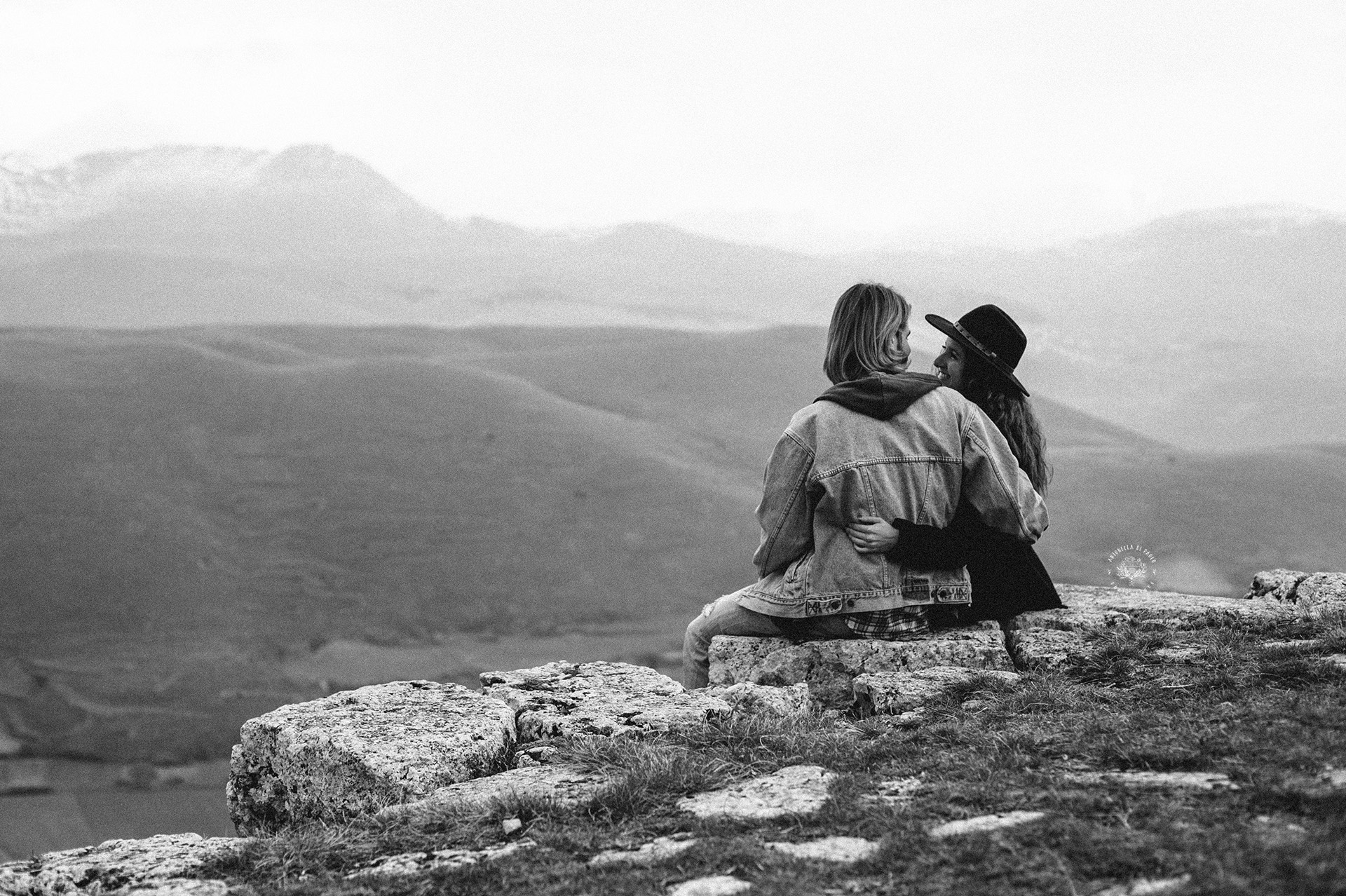 coppia di schiena guarda le montagne
