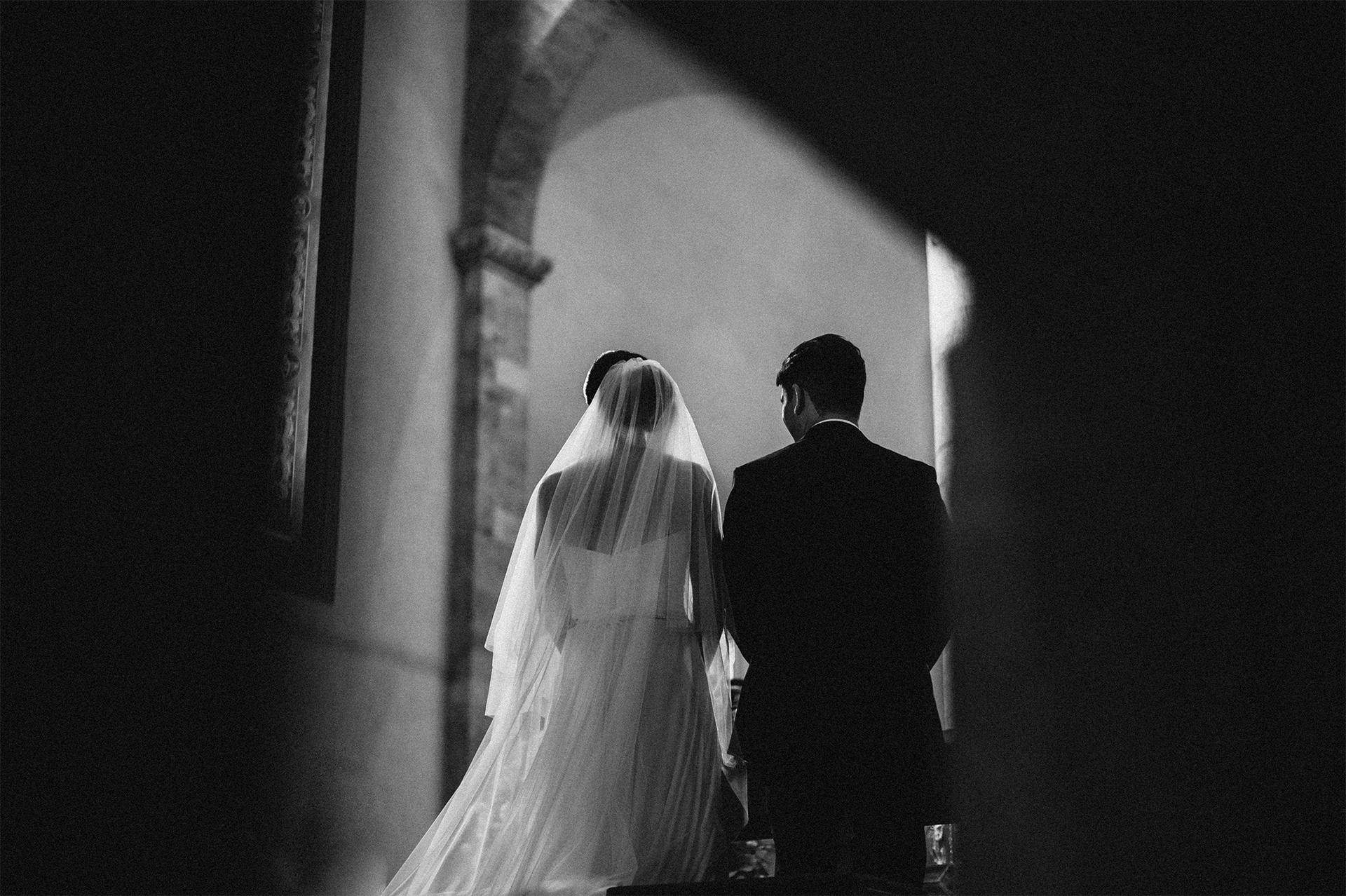 sposi di schiena in chiesa