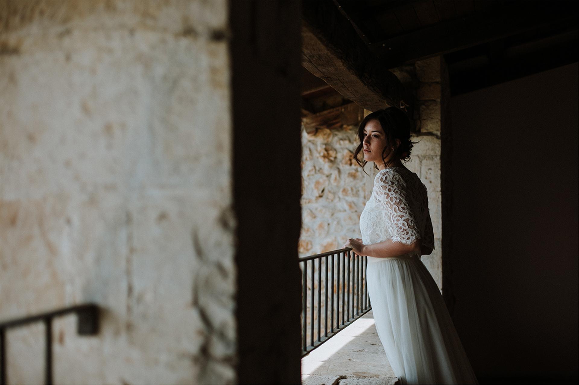 sposa si affaccia da una ringhiera