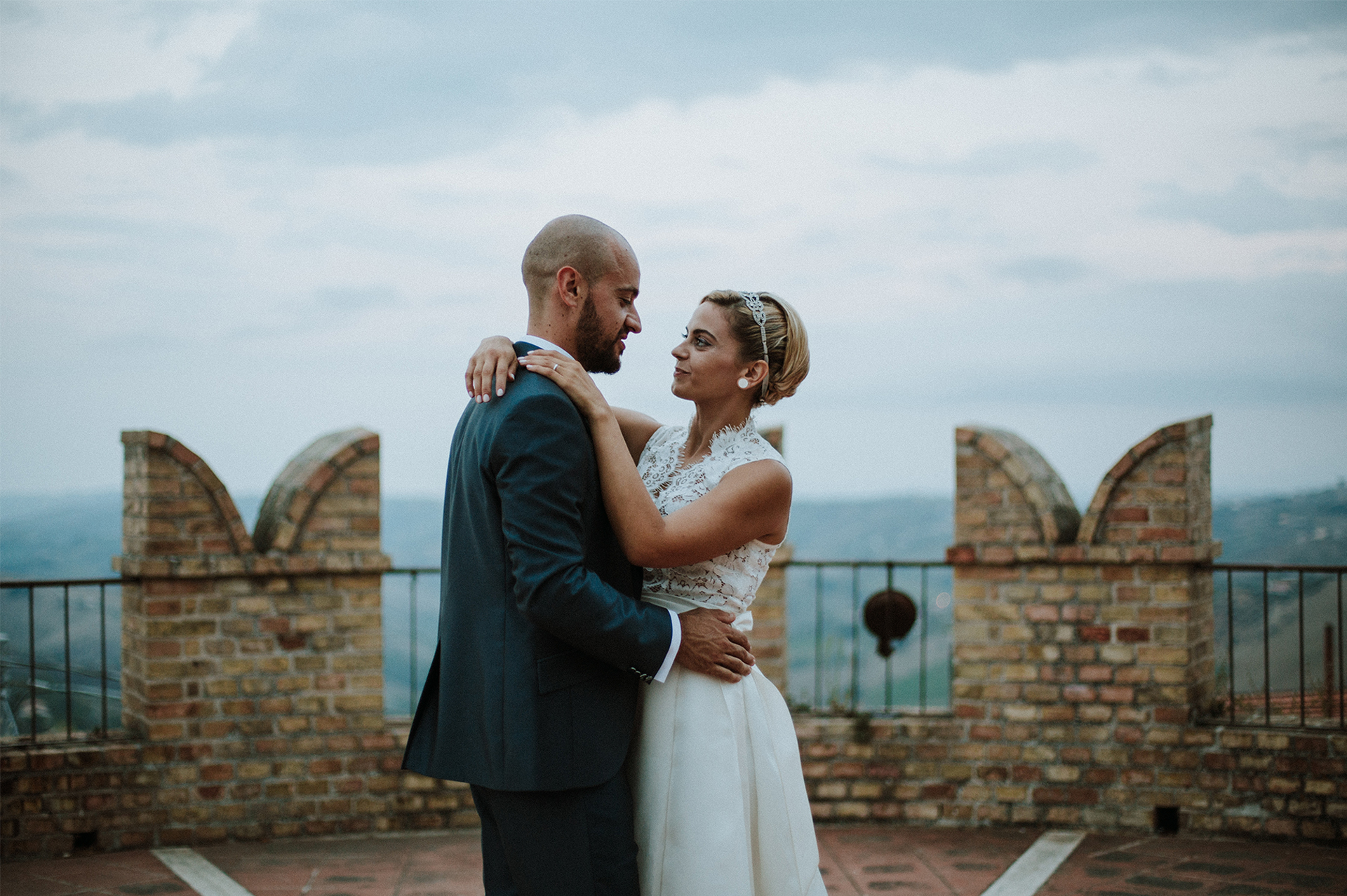 sposi si guardano su una torre