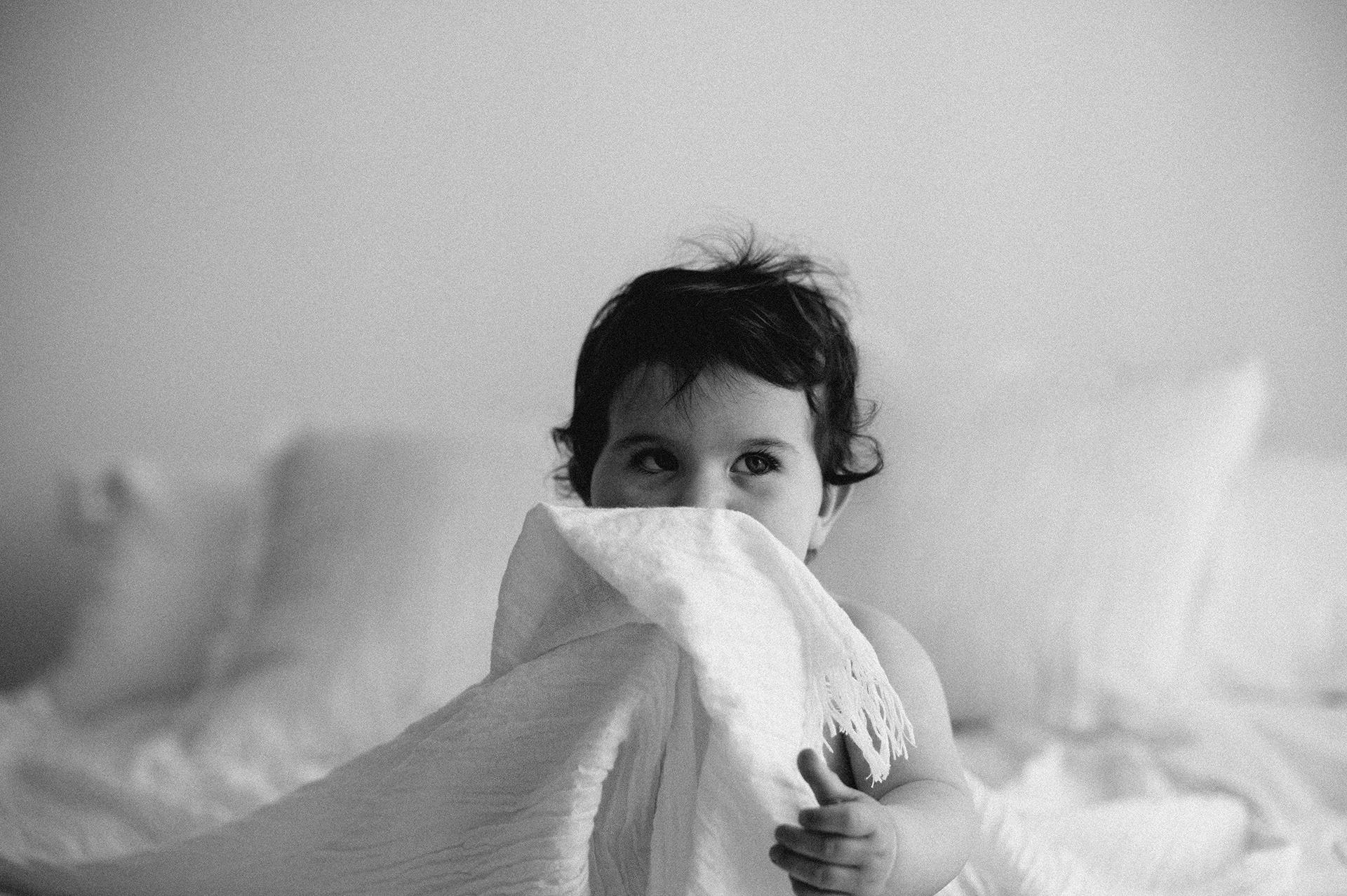 bebè si nasconde dietro lenzuolo