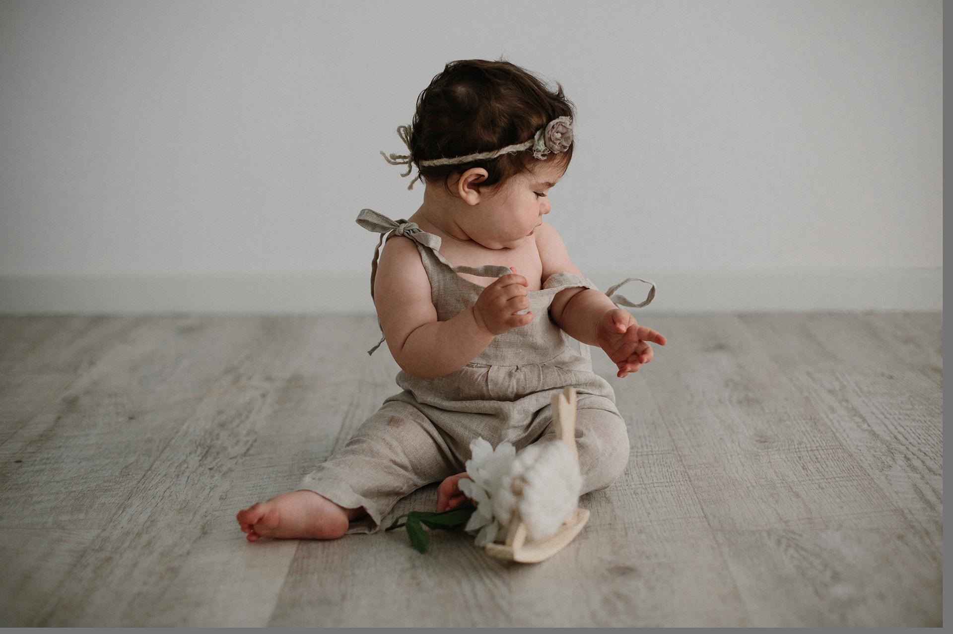 bebè cerca di togliersi i vestiti