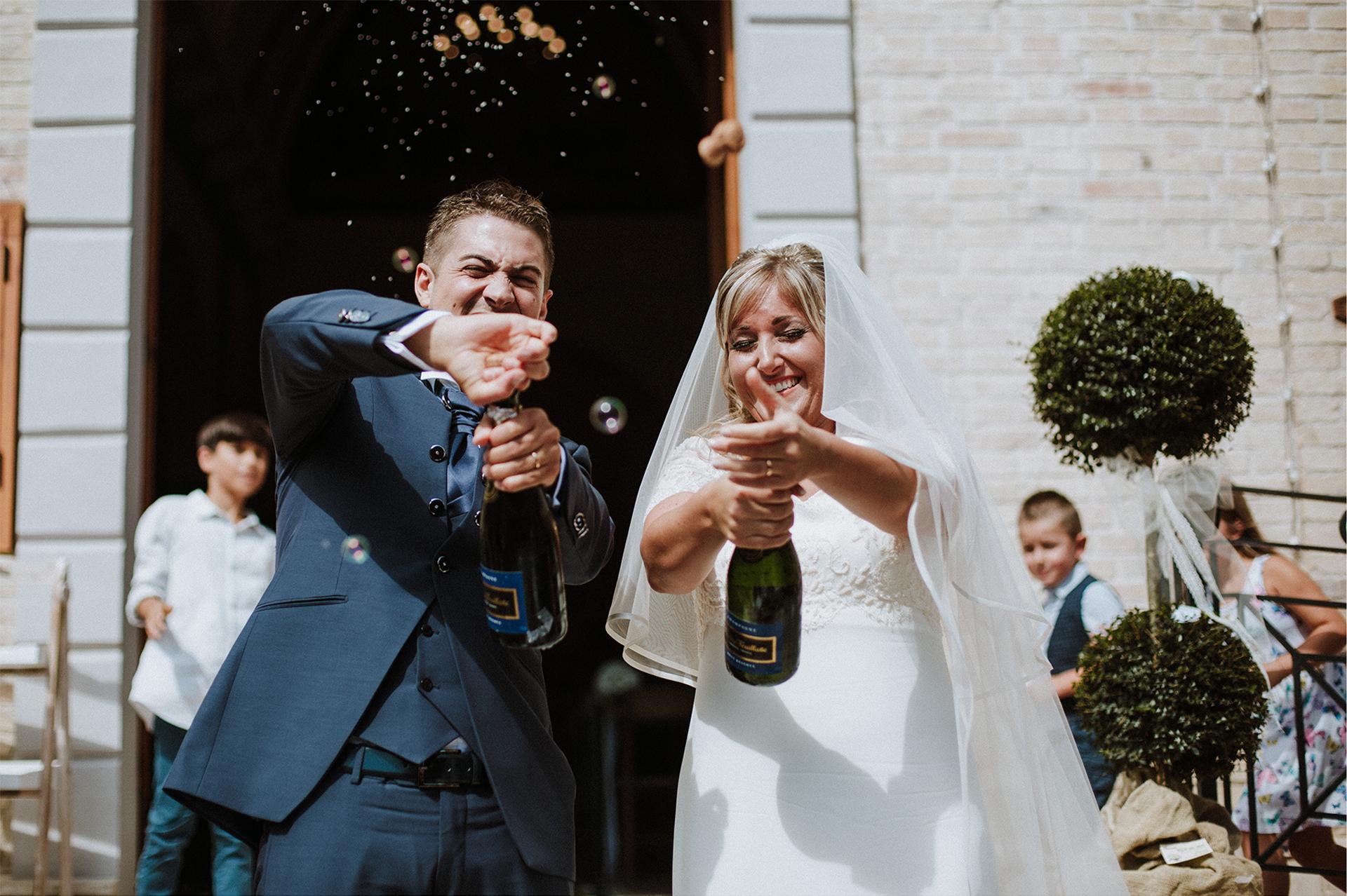 sposi stappano lo spumante