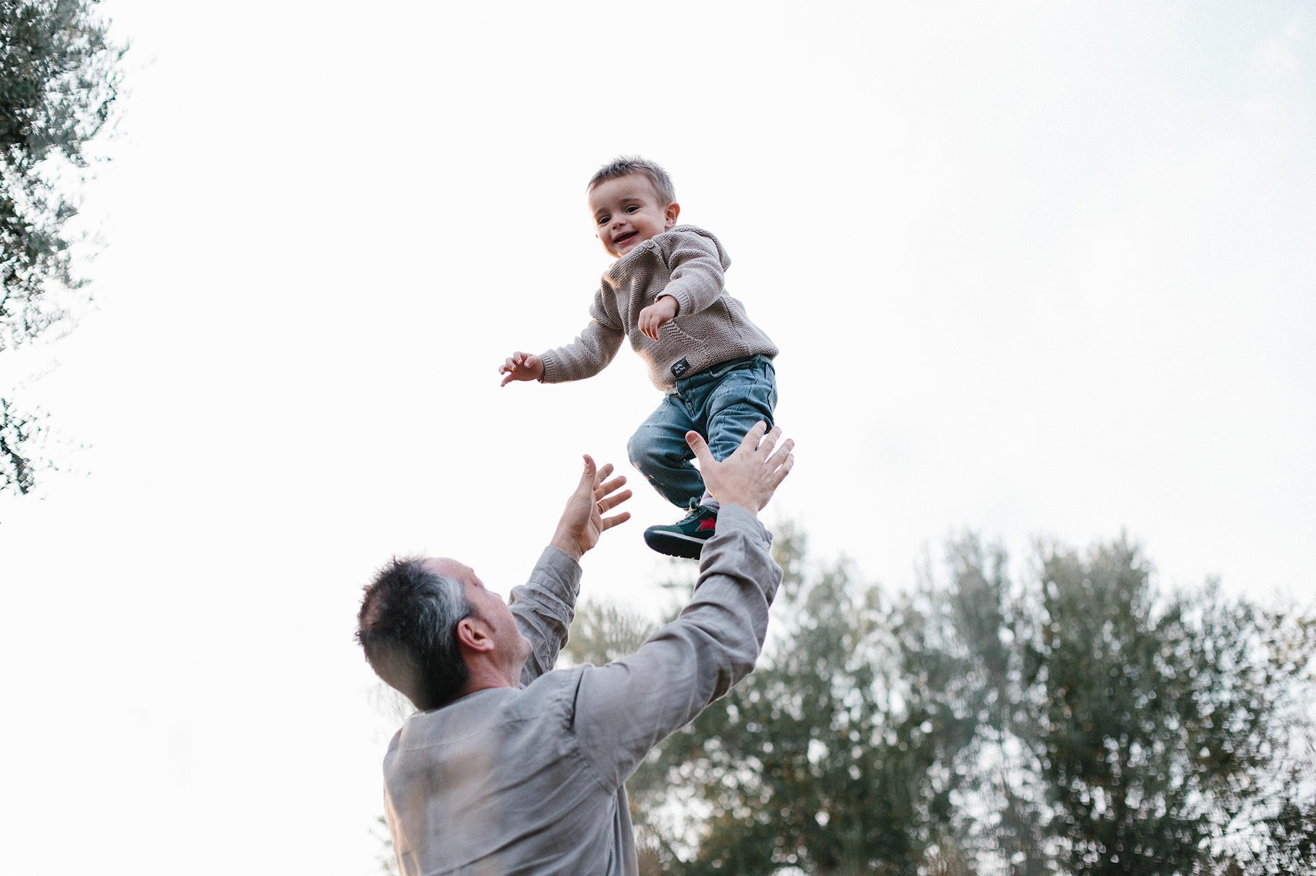papà lancia in aria il figlio piccolo