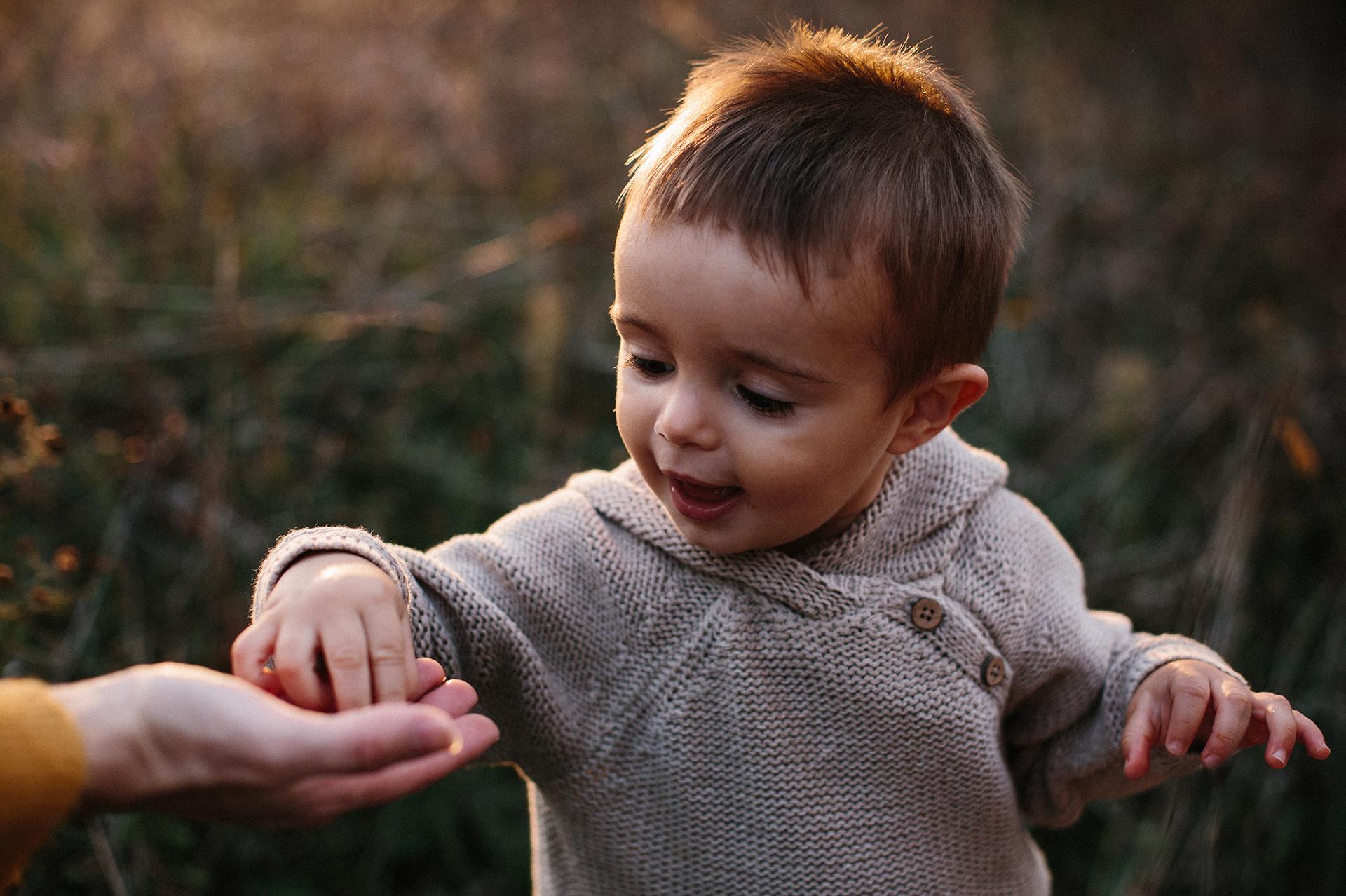 bambino piccolo raccoglie qualcosa