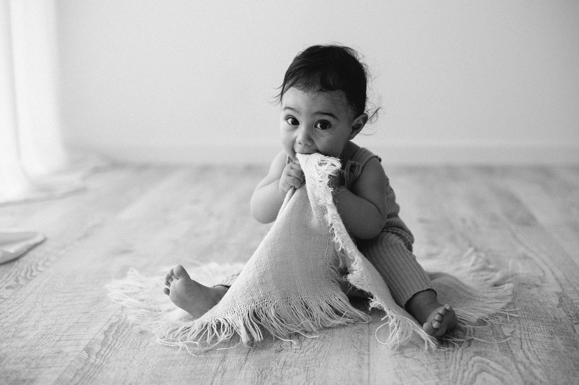 bebè morde una coperta
