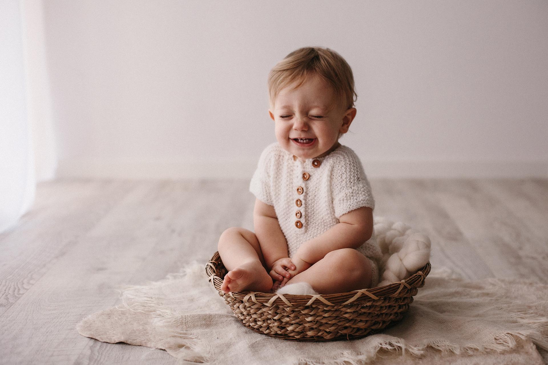 bebè ride nel cestino