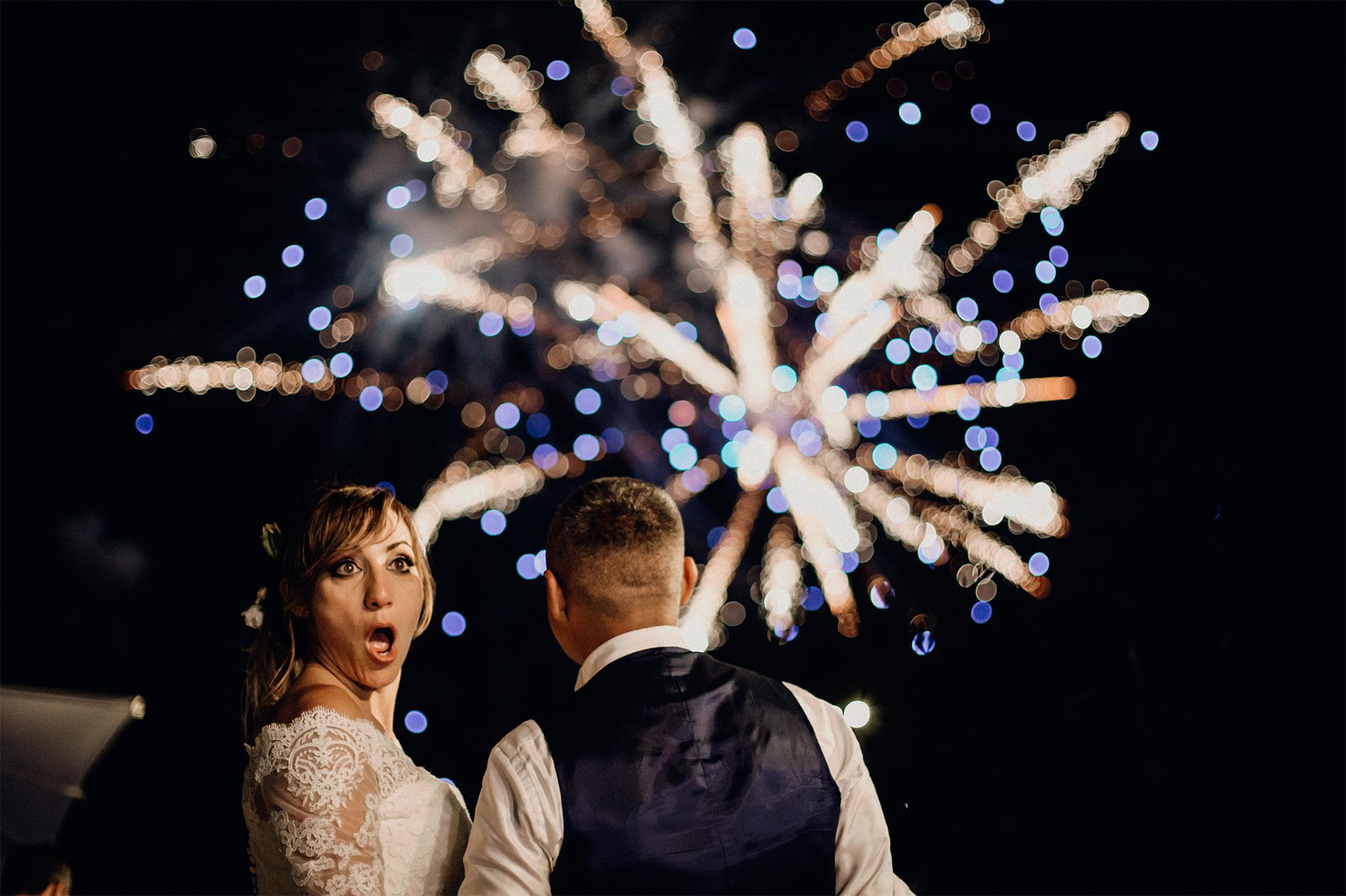 sposa stupita dai fuochi d'artificio
