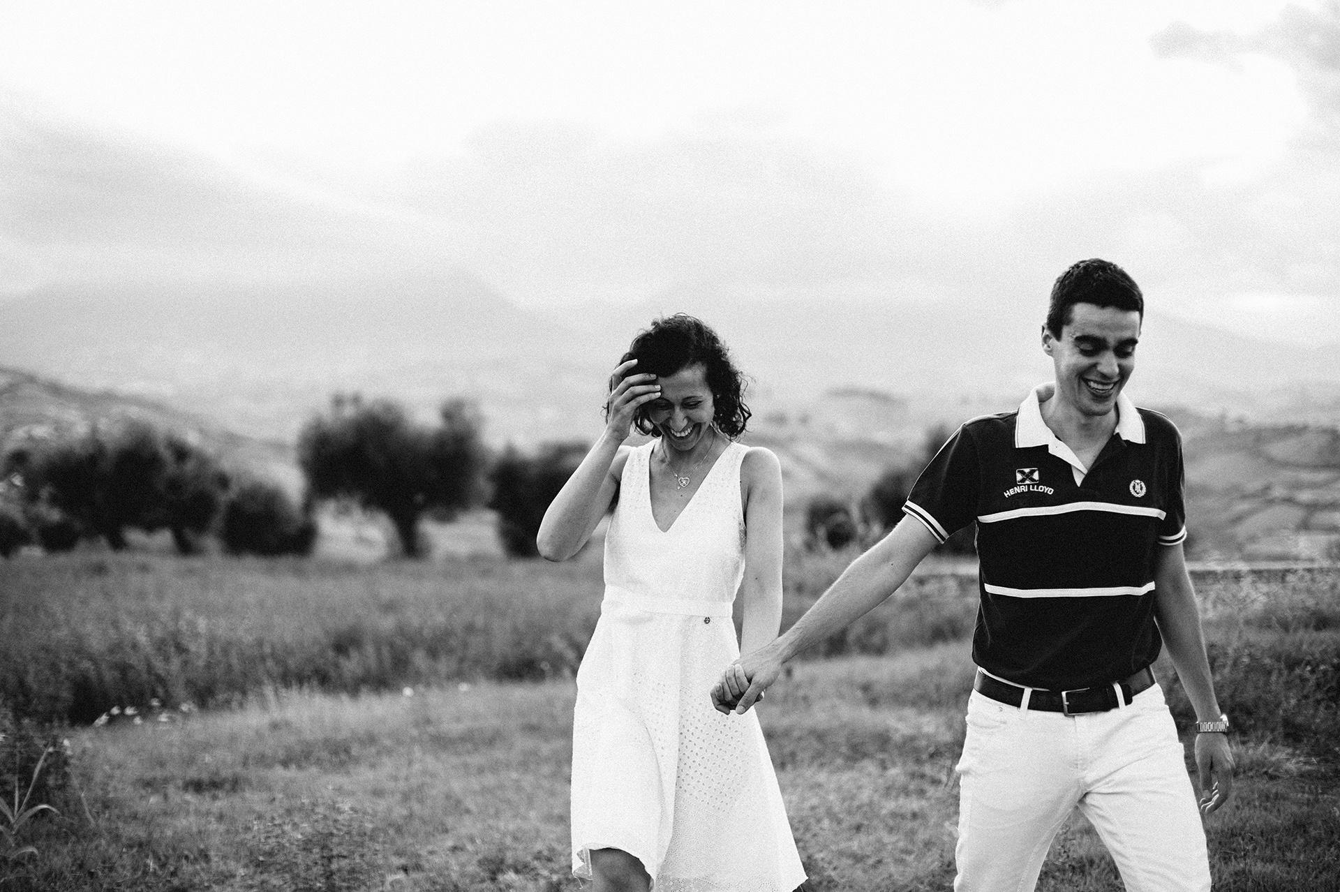 coppia passeggia in campagna