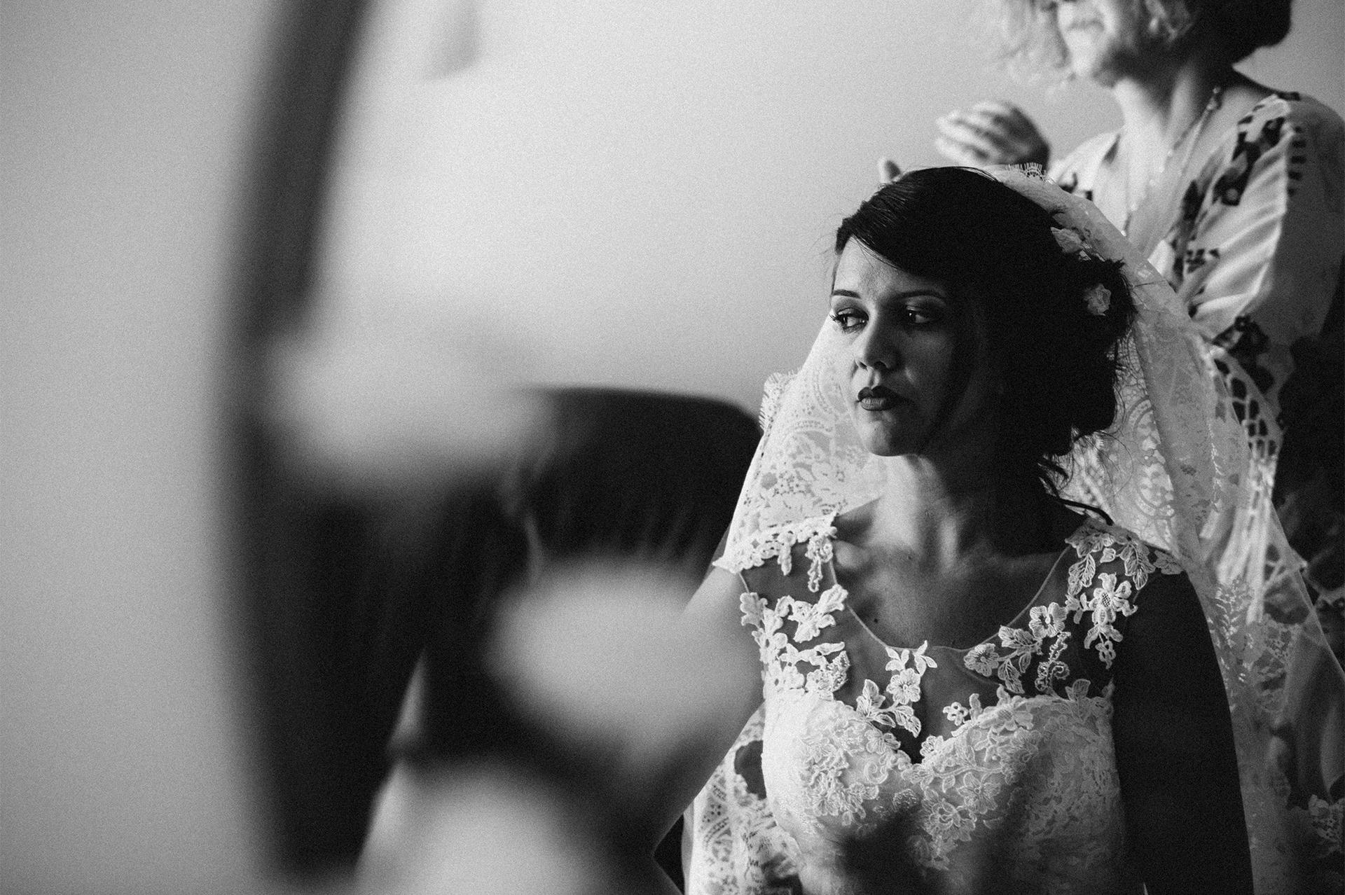 sposa guarda fuori dalla finestra