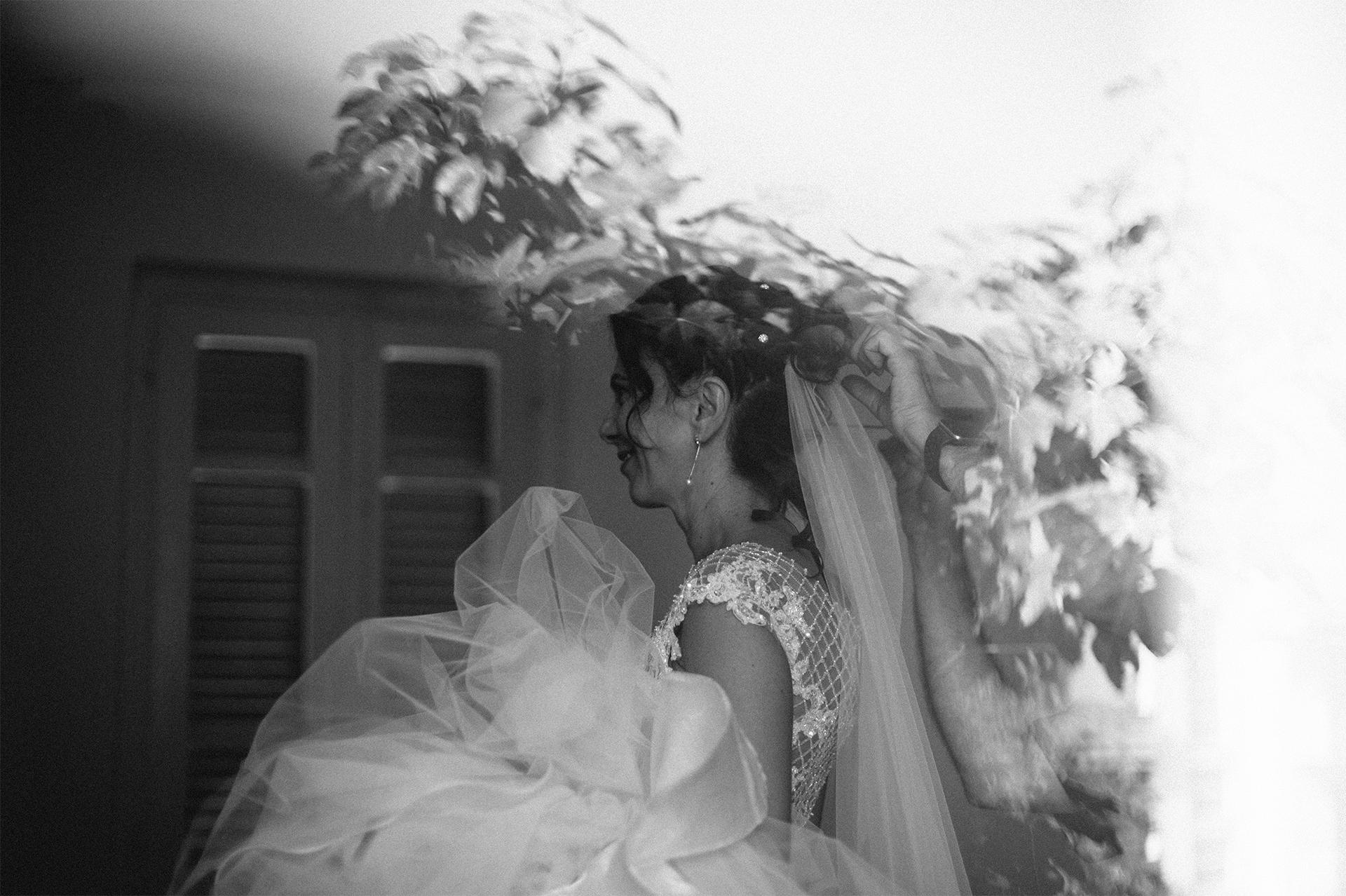 sposa con abito in mano