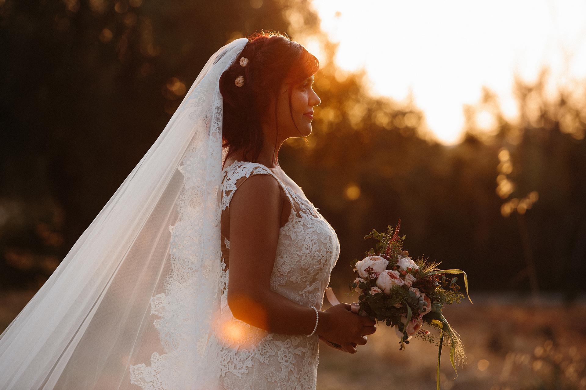 sposa guarda il tramonto