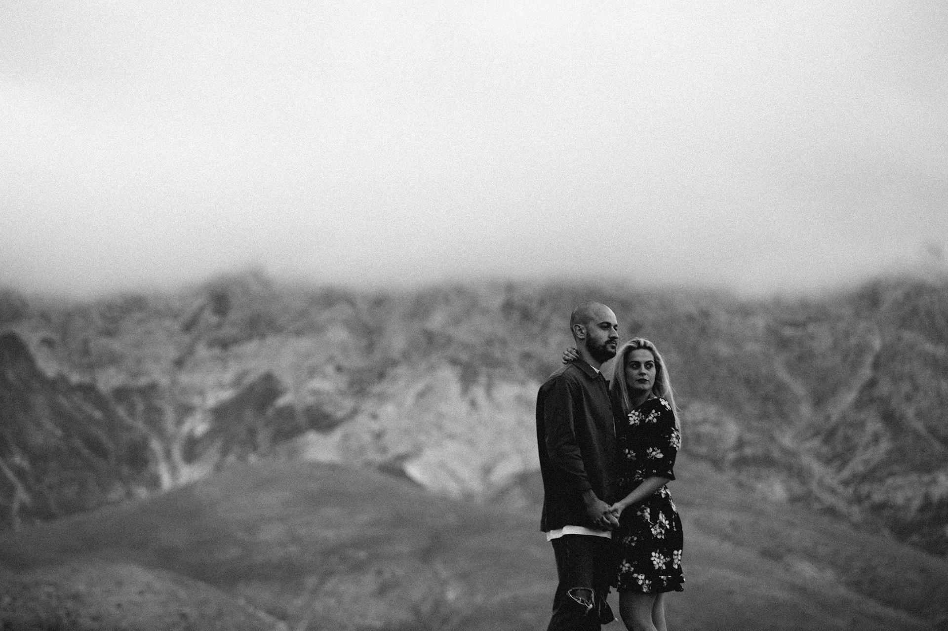 coppia osserva la montagna