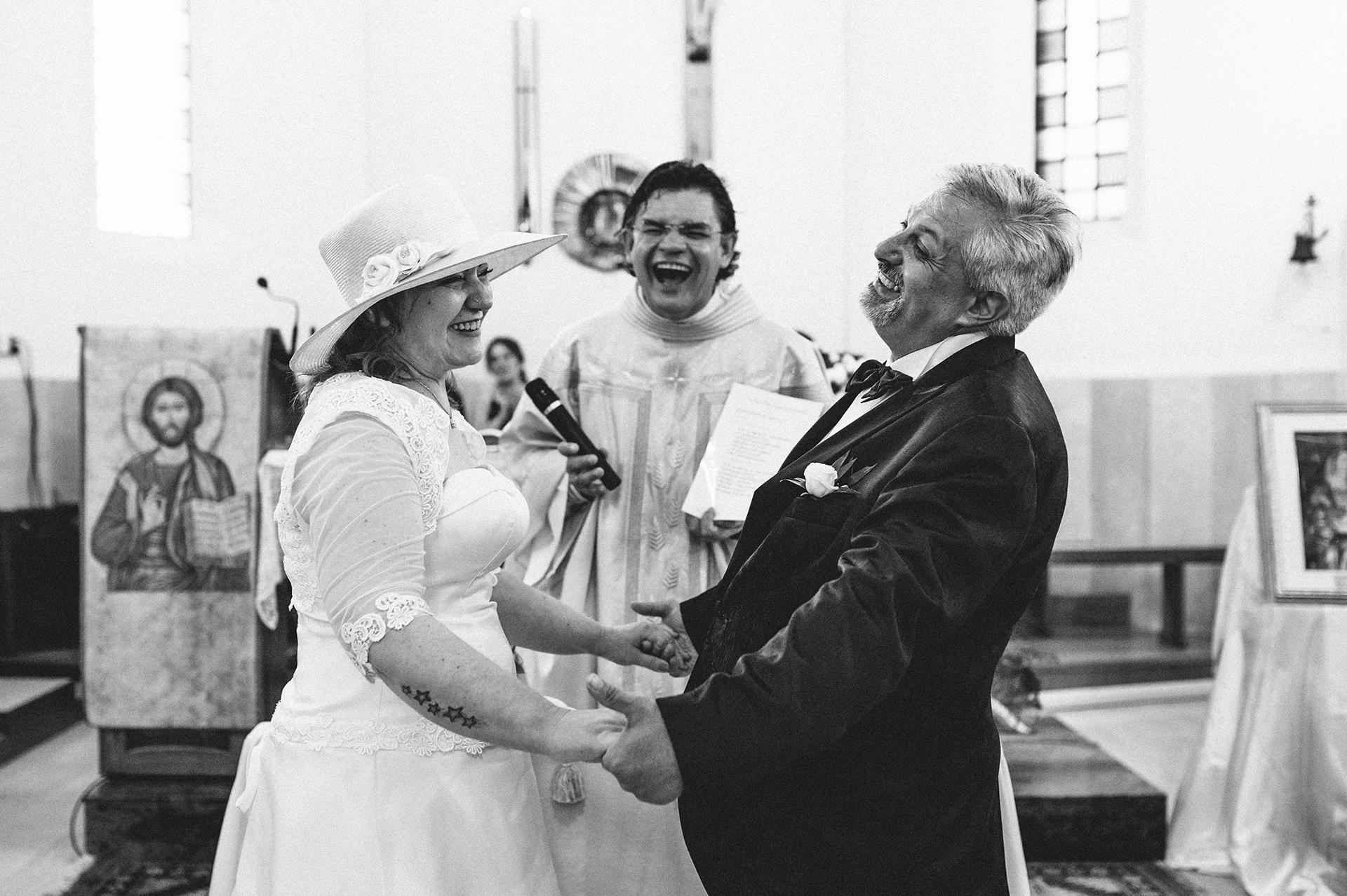 sposi davanti al parroco