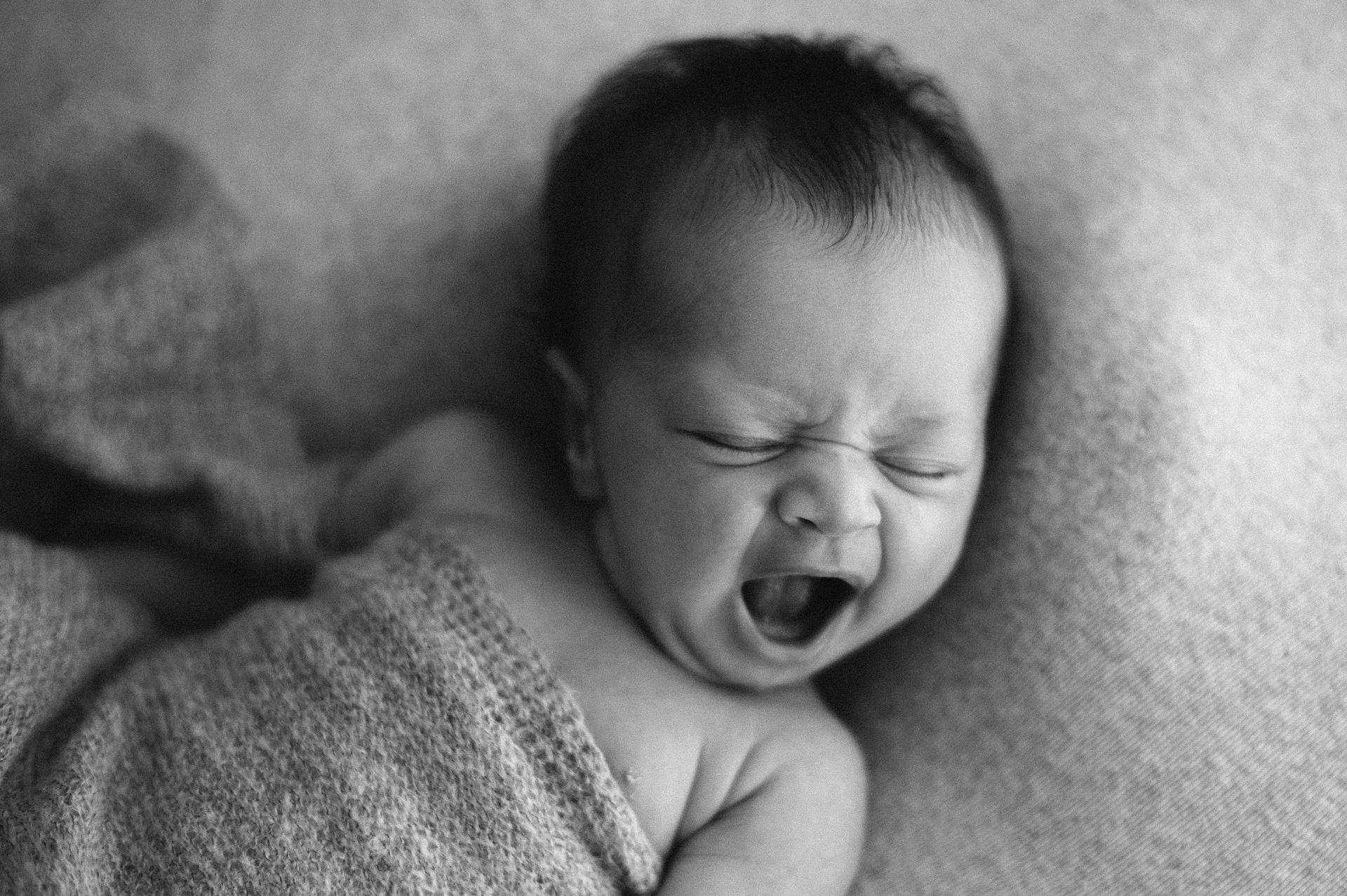 neonato sbadiglia